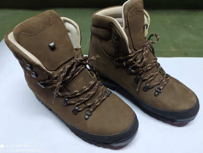 Superbes Chaussures Montagne Cuir CIMA, taille 44